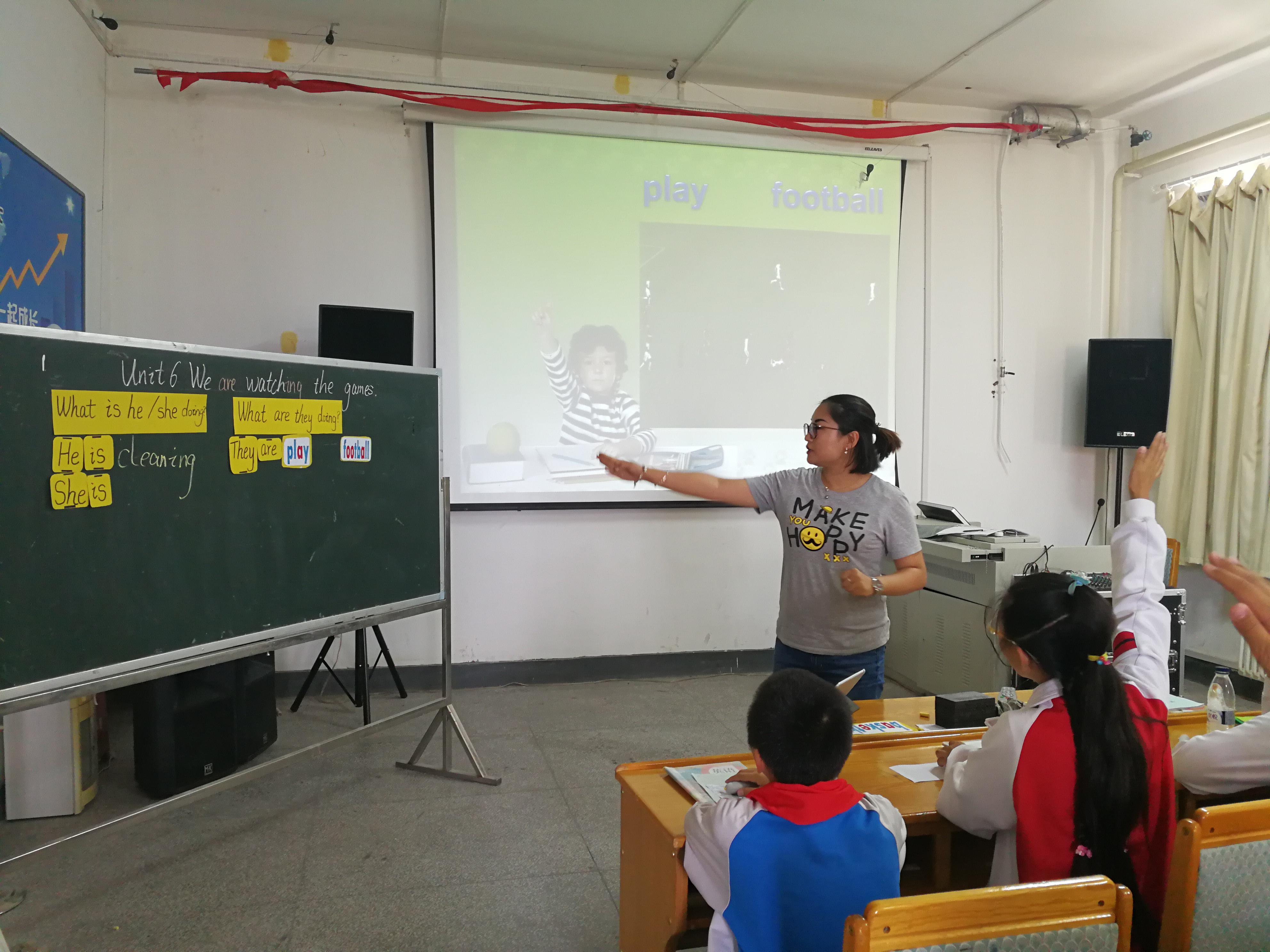 老师带领孩子们体验智慧课堂.jpg