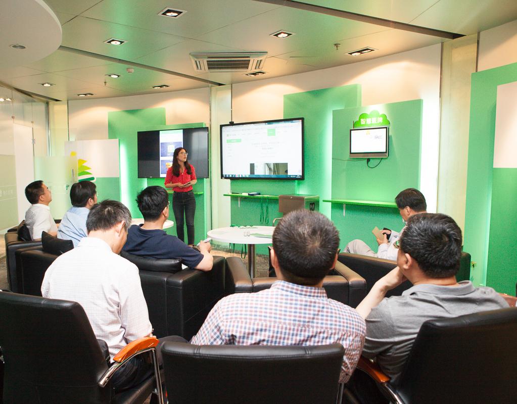 智慧安保、智慧班牌、智慧招生等焦点智慧校园产品及焦点智慧教育云平台也获得了来访领导们的一致认可与肯定.jpg