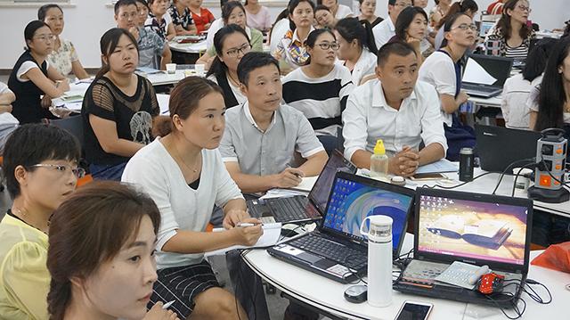 老师们认真学习焦点智慧教室功能