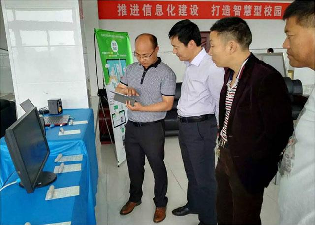 西朱小学在邳州市全国信息技术培训中做焦点智慧教室教学的交流与展示。.jpg