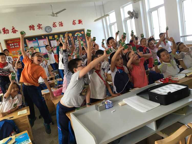 宁波邱隘实验小学学生使用焦点智慧教室